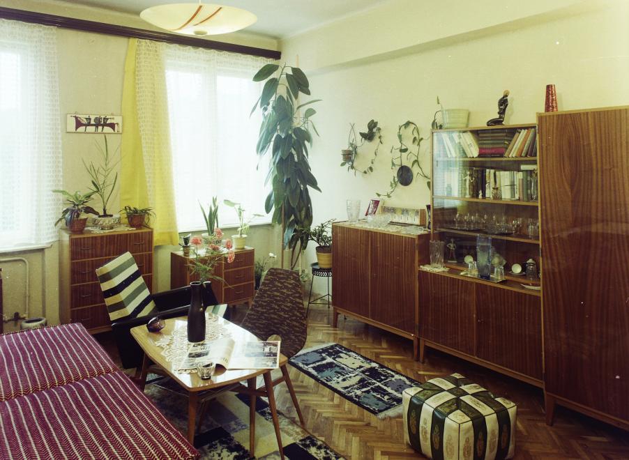 1979 - Fényes, famintás retro bútor