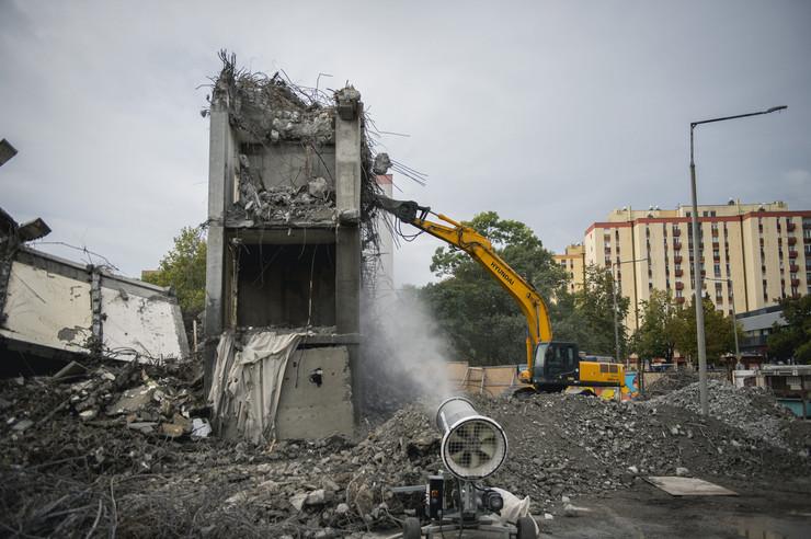 A megmaradt emeleteket géppel bontják/ Fotó: MTI - Sóki Tamás