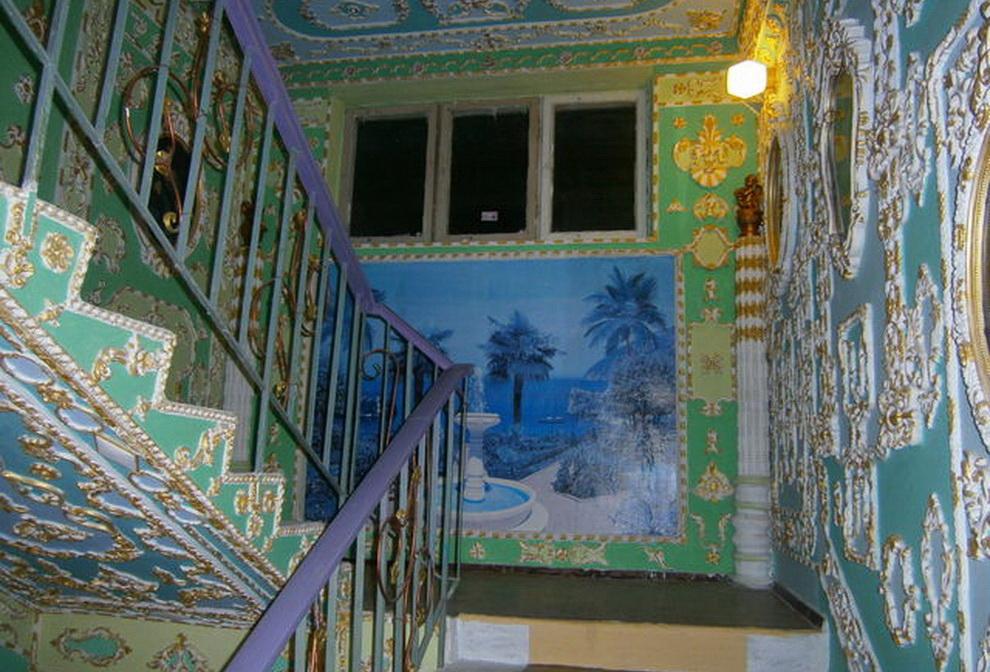 A lépcsőházban járva azonnal legalább háromszáz évet repülünk vissza az időben