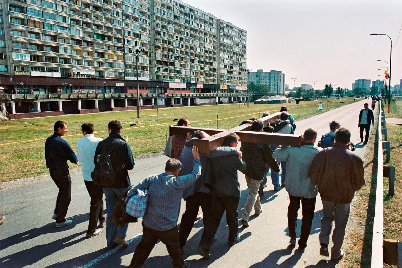 Hatalmas feszületet cipelnek a férfiak Pozsony külvárosában (Fotó: Andrej Balco)