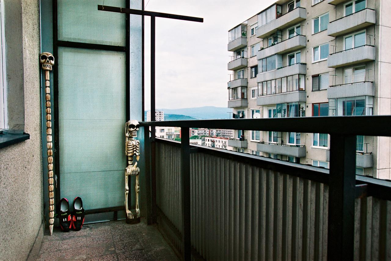 Az egy külön fotósorozat lehetne, hogy ki mit tart az erkélyén. Valaki Bazinban faragott csontvázat és koponyapálcát, közöttük pedig egy akkurátusan szellőztetett papucsot. (Fotó: Andrej Balco)
