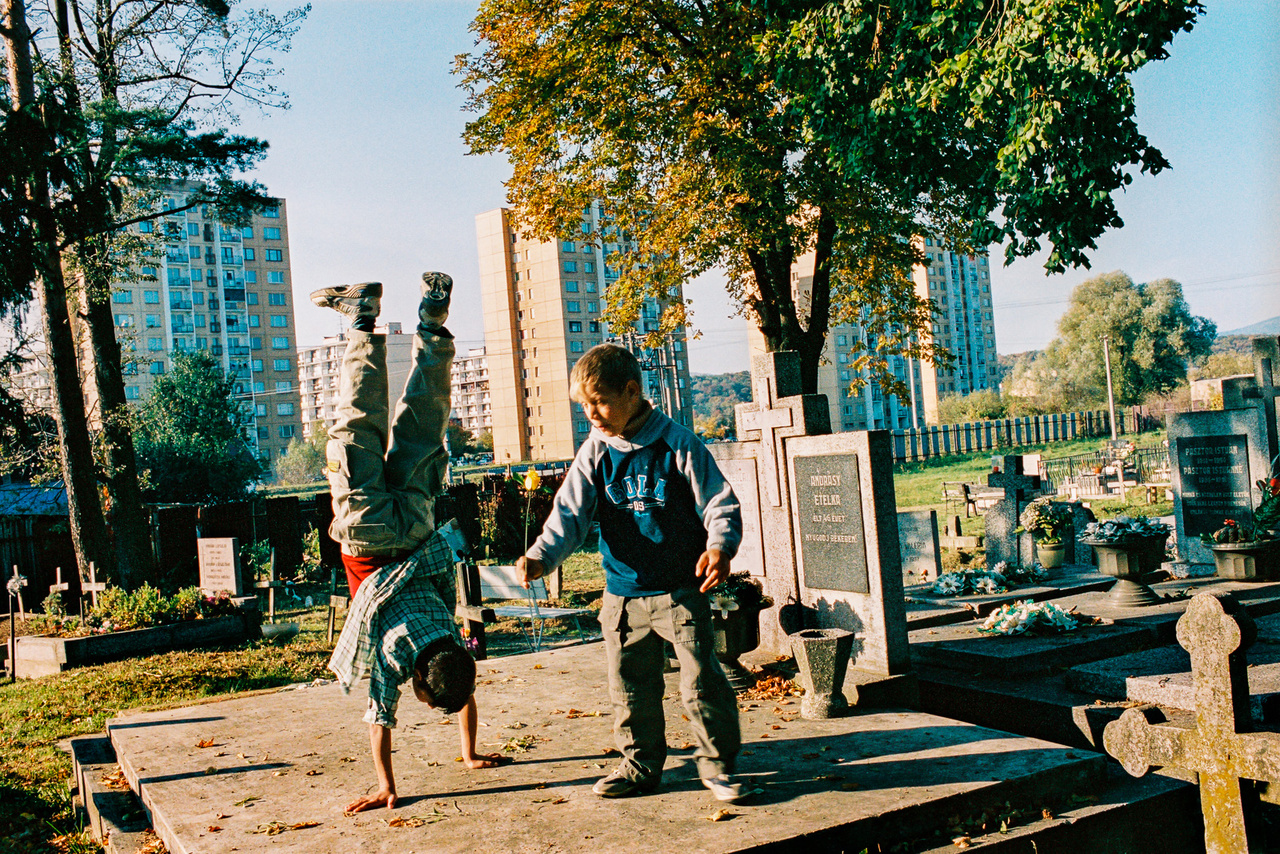 Andrásy Etelka élt 45 évet, de a panelokkal határolt szepsi temetőben ez is szinte csak egy játszótér. (Fotó: Andrej Balco)