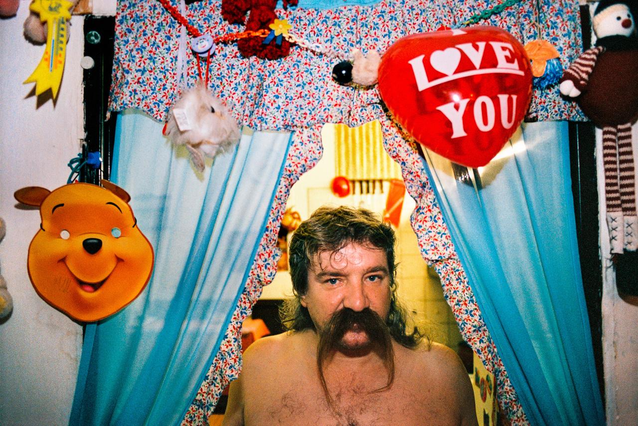 Pati a kép készítésekor, 2004-ben 52 éves volt, már hosszú ideje munkanélküli. Feleségével és négy gyerekével lakott egy panellakásban Kassán. (Fotó: Andrej Balco)