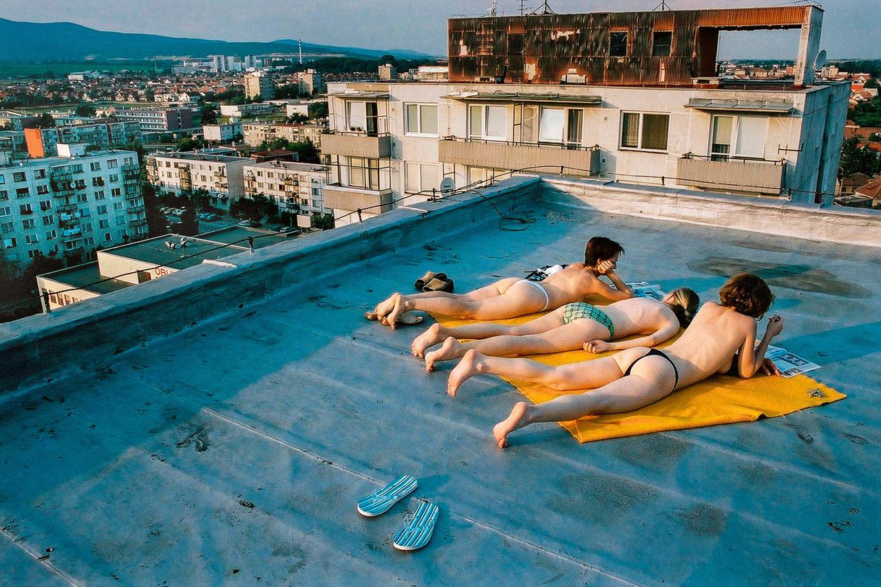 Lányok monokiniznek a bazini háztetőn (Fotó: Andrej Balco)