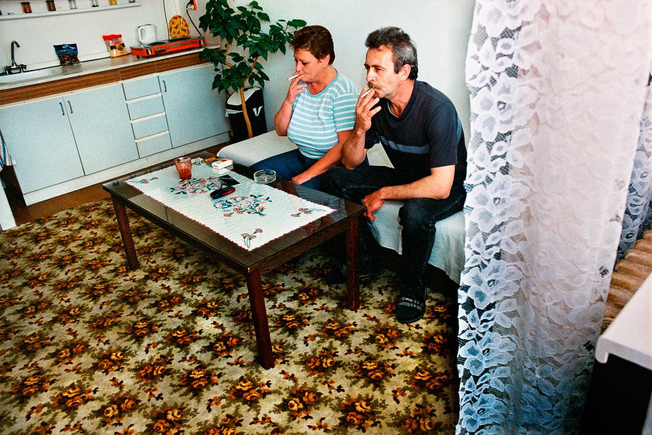 Daniela és Ladislaw cigizik a bérelt egyszobás lakásukban Bazinban (Fotó: Andrej Balco)