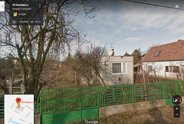 A Google Street View fotóján látható panelházikónál lehetne kisebbet építeni, de nem sokkal - és minek. Hisszük, hogy ez a világ legkisebb panelje. A kép téli.